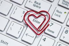 Weiße Tastatur mit geformter Büroklammer der Liebe stockfotos