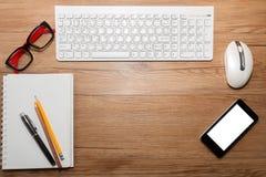 Weiße Tastatur mit Maus und Gläsern Stockbilder