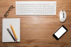 Weiße Tastatur mit Maus und Gläsern Lizenzfreies Stockfoto