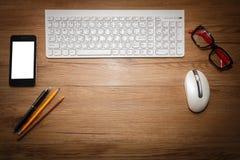 Weiße Tastatur mit Maus und Gläsern Lizenzfreies Stockbild