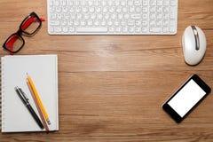 Weiße Tastatur mit Maus und Gläsern Stockfoto
