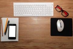 Weiße Tastatur mit Maus und Gläsern Lizenzfreie Stockfotografie