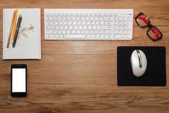 Weiße Tastatur mit Maus und Gläsern Stockfotografie