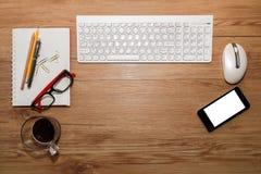 Weiße Tastatur mit Maus und Gläsern Lizenzfreie Stockfotos