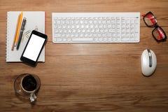 Weiße Tastatur mit Maus und Gläsern Stockfotos