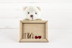 Weiße Teddybärhalteplatte mit Herzen Konzept am 14. Februar Lizenzfreies Stockbild
