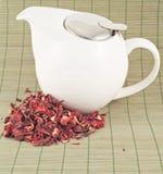 Weiße Teekanne mit rotem Tee Lizenzfreie Stockbilder