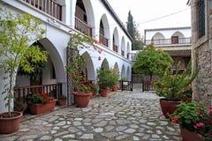 Weiße Terrassen und Blumentöpfe im Hof von St. Minas Monastery stockfoto