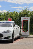 Weiße Tesla-Modell-S Electric Car Charging-Batterie Stockfotografie