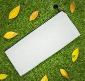 Weiße Textiltasche auf Grashintergrund Leere Gewebetasche für Entwurf lizenzfreies stockbild