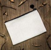 Weiße Textiltasche auf hölzernem Hintergrund Leere Gewebetasche für Entwurf lizenzfreie stockfotografie