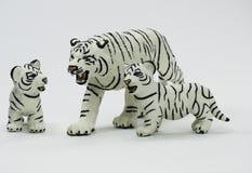 Weiße Tigerin-Figürchen, die ihre zwei CUB schützt stockbilder