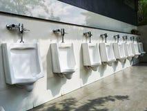 Weiße Toilette Reihe heraus stockbild
