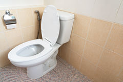 Weiße Toilettenschüssel Stockfotos