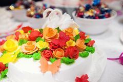 Weiße Torte mit roten Blumen und Zahl von Schwänen Lizenzfreie Stockfotografie