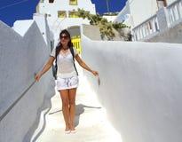 Weiße touristische Frau, die die Kykladen-Architektur genießt Lizenzfreies Stockbild