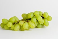 Weiße Trauben auf einem weißen Hintergrund Lizenzfreies Stockfoto