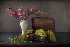 Weiße Trauben, Flaschen Wein und ein Glas Wein Stockbilder