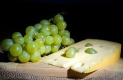 Weiße Trauben mit Käse Stockbilder