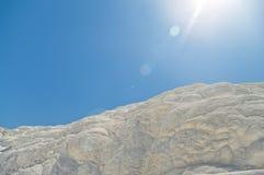 Weiße Travertinklippe im Sonnenlicht Lizenzfreies Stockfoto