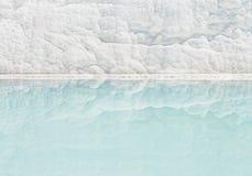 Weiße Travertinwand, die im Türkispool sich reflektiert Lizenzfreies Stockbild