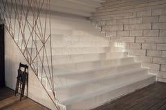 Weiße Treppe im Innenraum Stockbilder