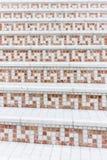 Weiße Treppe mit Mosaikfliese mit Balustern Abstraktes Architekturinnenraumfragment Lizenzfreies Stockbild