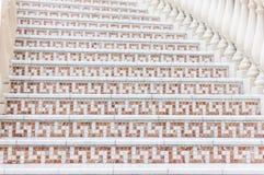 Weiße Treppe mit Mosaikfliese mit Balustern Abstraktes Architekturinnenraumfragment Stockfotos
