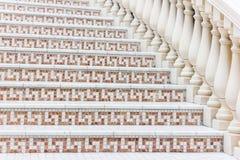 Weiße Treppe mit Mosaikfliese mit Balustern Abstraktes Architekturinnenraumfragment Lizenzfreies Stockfoto