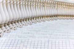 Weiße Treppe mit Mosaikfliese mit Balustern Abstraktes Architekturinnenraumfragment Lizenzfreie Stockfotos