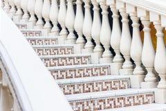 Weiße Treppe mit Mosaikfliese mit Balustern Abstraktes Architekturinnenraumfragment Stockbild