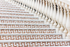 Weiße Treppe mit Mosaikfliese mit Balustern Abstraktes Architekturinnenraumfragment Lizenzfreie Stockfotografie