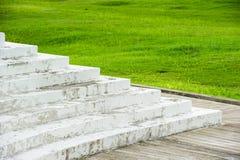 Weiße Treppe vor Rasenfläche Stockbild