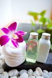 Weiße Tuch-, Orchidee- und Badlotion Stockbilder