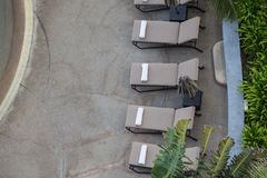 Weiße Tuchrolle auf sunbeds am Swimmingpool mit Kopienraum Lizenzfreie Stockfotos