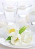 Weiße Tulpe auf weißer Serviette stockbilder