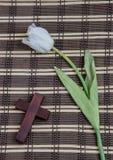 Weiße Tulpe und hölzernes Kreuz Lizenzfreie Stockfotos