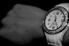 weiße Uhr auf einem Arm Lizenzfreies Stockbild
