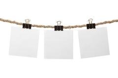 Weiße unbelegte Anmerkungen, die an der Wäscheleine hängen lizenzfreies stockbild