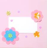 Weiße unbelegte Karte auf rosafarbenem Papier Stockfotografie