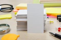 Weiße unbelegte Visitenkarte Bürotischschreibtisch mit Satz bunten Versorgungen, Schale, Stift, Bleistifte, Blume, Anmerkungen, K Lizenzfreies Stockbild