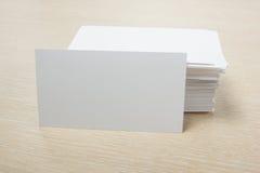 Weiße unbelegte Visitenkarte Bürotischschreibtisch mit Satz bunten Versorgungen, Schale, Stift, Bleistifte, Blume, Anmerkungen, K Lizenzfreie Stockfotos