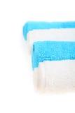 Weiße und blaue Badtücher Lizenzfreies Stockbild