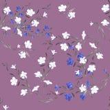 Weiße und blaue Blumen des nahtlosen Musters des Aquarells auf einem violetten Hintergrund Lizenzfreie Stockfotos