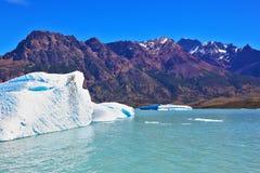 Weiße und blaue Eisberge Stockfotos
