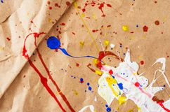 Weiße und blaue und gelbe und rote Verunstaltung auf dem Papier stockfoto