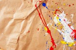 Weiße und blaue und gelbe und rote Verunstaltung auf dem Papier lizenzfreies stockfoto