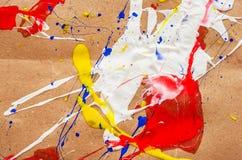 Weiße und blaue und gelbe und rote Verunstaltung auf dem Papier lizenzfreie stockfotos