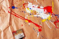 Weiße und blaue und gelbe und rote Verunstaltung und Schotter auf dem Papier stockfotografie