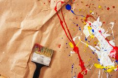 Weiße und blaue und gelbe und rote Verunstaltung und Schotter auf dem Papier stockfotos